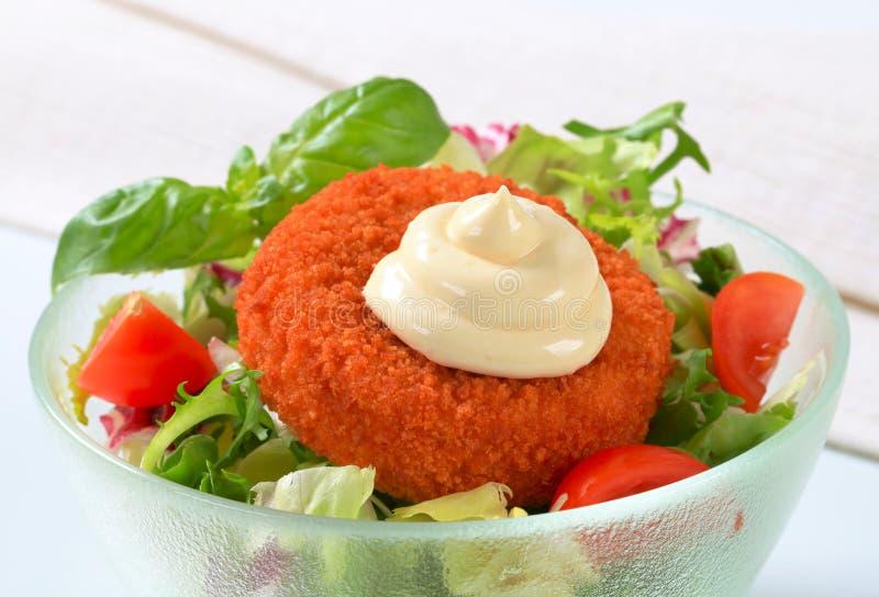 Queijo fritado com salada e maionese vegetais imagens de stock royalty free
