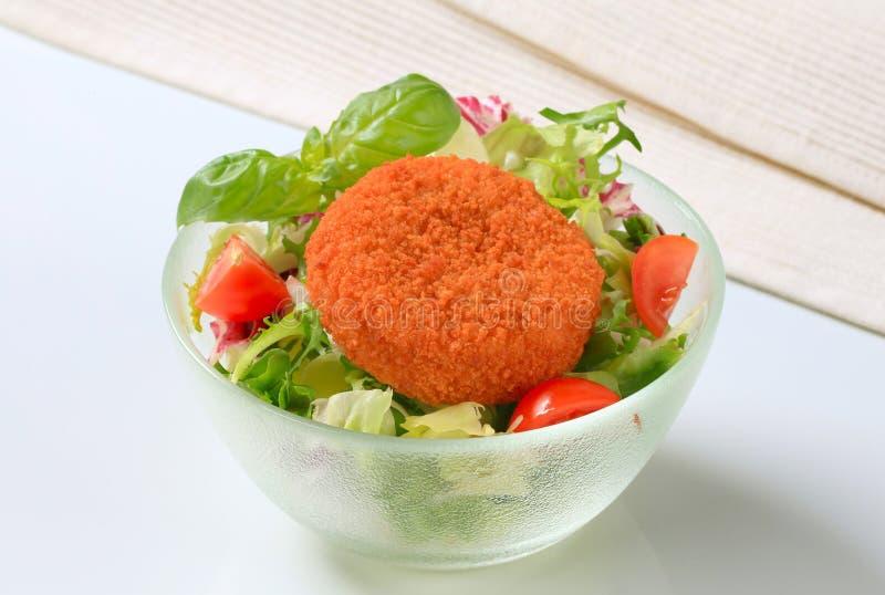 Queijo fritado com salada verde foto de stock royalty free