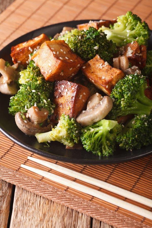 Queijo fritado do tofu com brócolis, cogumelos e cl do molho do teriyaki fotos de stock
