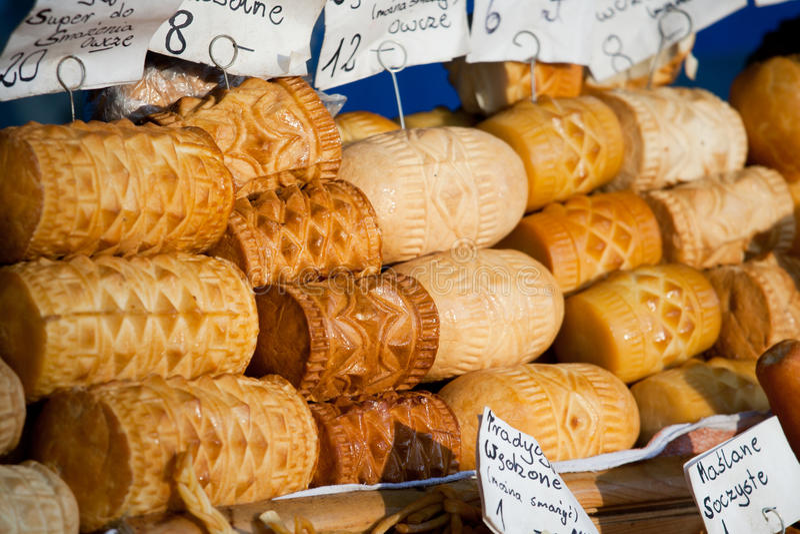 Queijo fumado Oscypki no mercado em Zakopane fotografia de stock