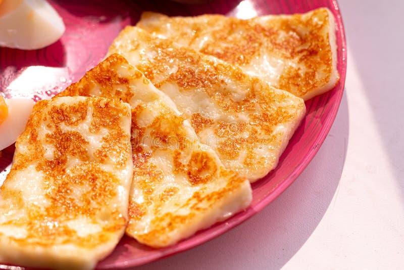 Queijo grelhado tradicional do halloumi de Chipre, queijo de cabra, alimento biológico saudável foto de stock