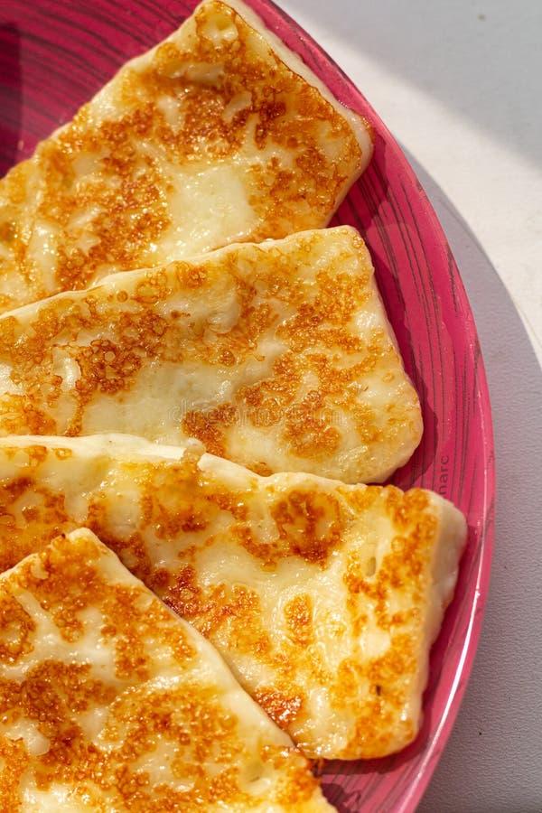 Queijo grelhado tradicional do halloumi de Chipre, queijo de cabra, alimento biológico saudável fotos de stock