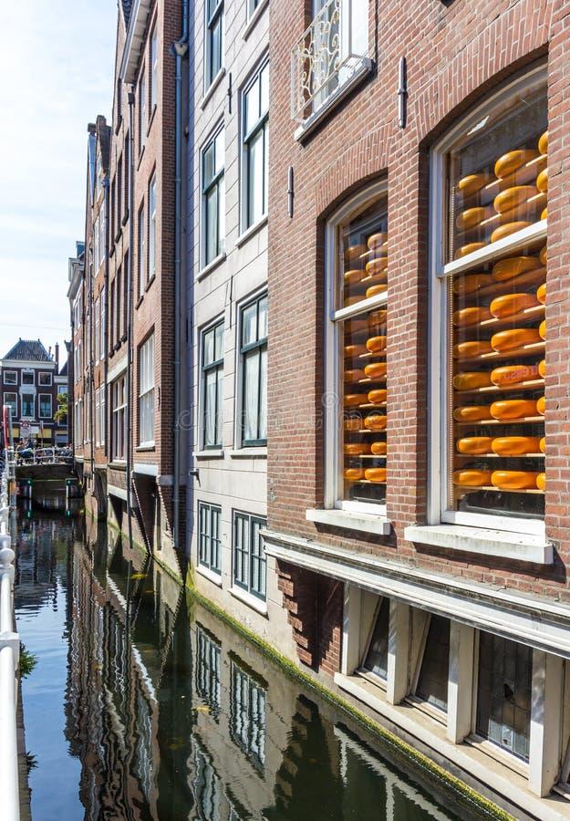 Queijo holandês na janela, louça de Delft os Países Baixos imagens de stock