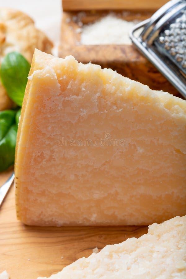 Queijo italiano original, queijo envelhecido do leite de vaca do Parmesão, partes e parmigiano-Reggiano raspado imagens de stock royalty free