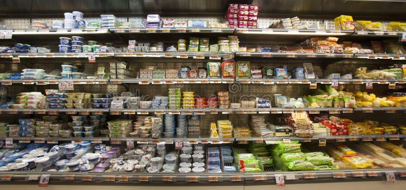 Queijo, mussarela Refrigerador do shelving com produtos comestíveis loja fotografia de stock royalty free