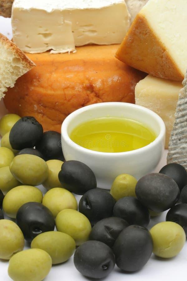 Queijo, pão e azeitonas foto de stock
