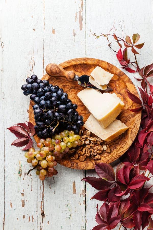 Queijo parmesão, uvas e noz imagens de stock