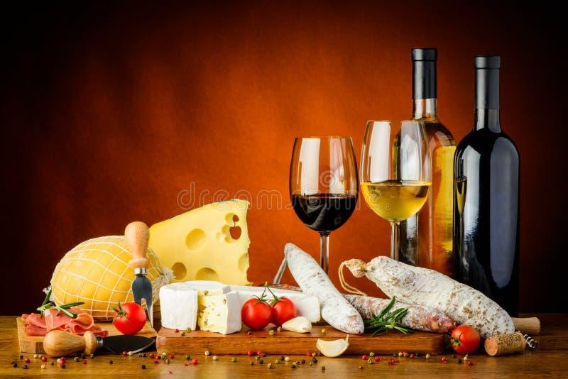 Queijo, salsichas e vinho foto de stock royalty free