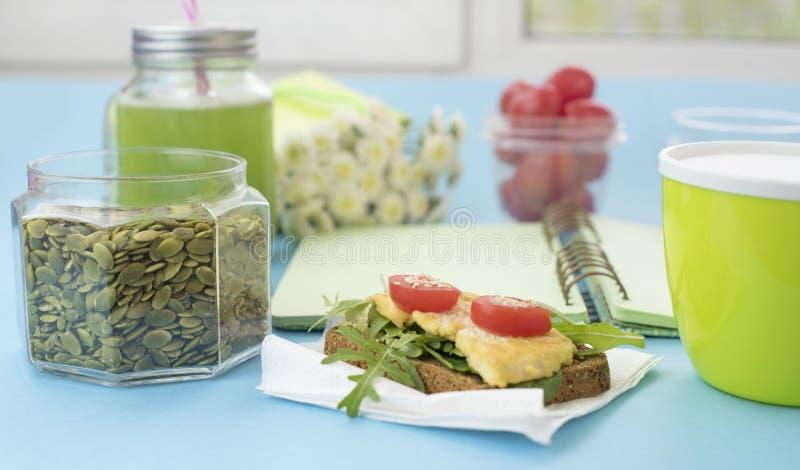 Queijo saudável do tofu do pão da grão do sanduíche do café da manhã do vegetariano da bandeira, batido da desintoxicação, sement fotografia de stock royalty free