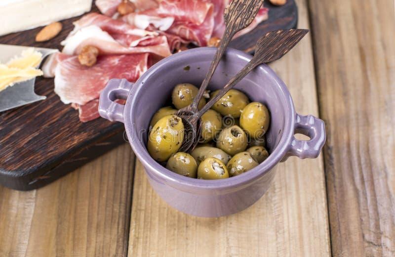 Queijo sortido, carne e azeitonas Petisco holandês delicioso Vista de acima Copie o espaço imagens de stock royalty free