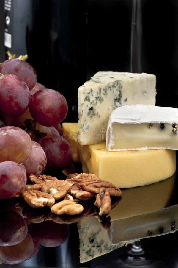 Queijo, uvas e porcas fotografia de stock royalty free