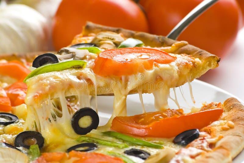 Queijo verde-oliva do cogumelo do tomate fresco caseiro da pizza foto de stock royalty free