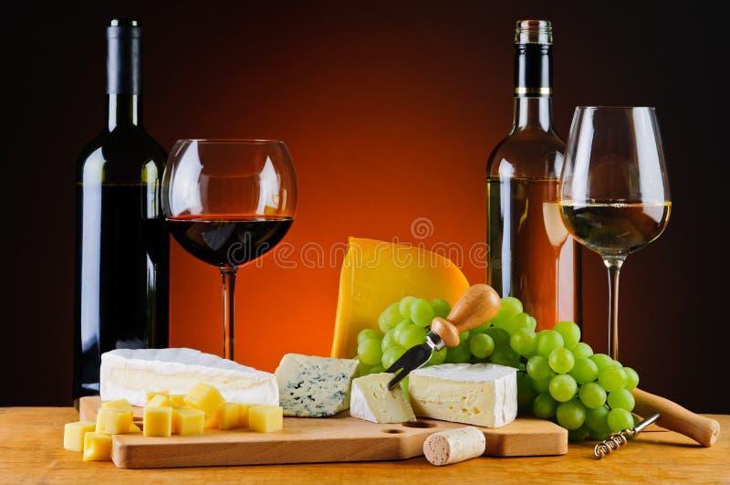Queijo, vinho e uvas foto de stock royalty free