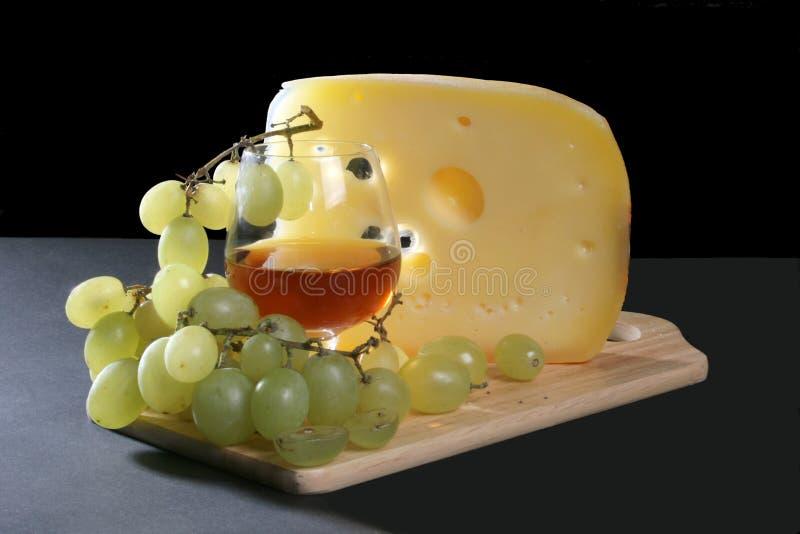 Queijo, vinho vermelho e uva imagens de stock