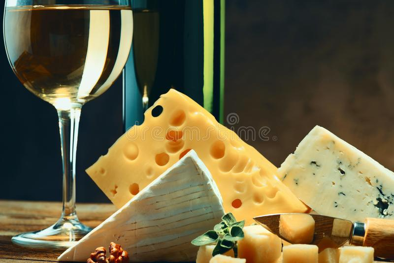 Queijos com um vidro e uma garrafa do vinho Close-up imagens de stock royalty free