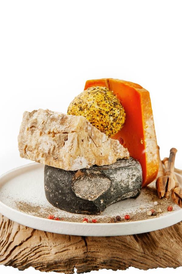 Queijos picantes das guloseimas de variedades diferentes Queijo Cheddar vermelho, azul de Dor, queijo Stilton, Belper Noll em de  imagem de stock