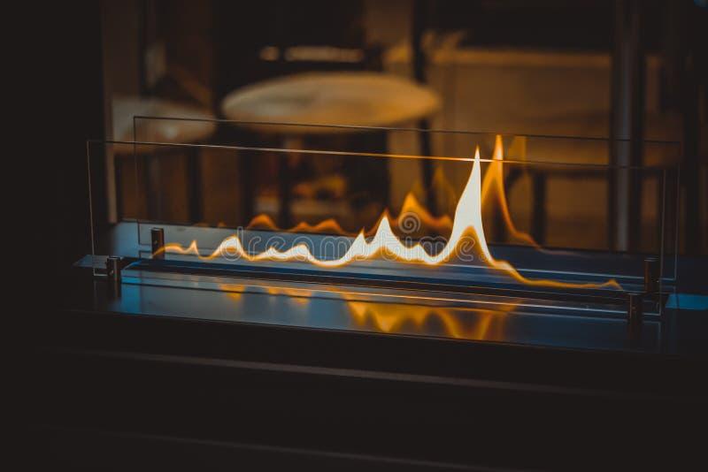 Queimadura de Biofireplace no gás do álcool etílico Combustível biológico contemporâneo da montagem fotografia de stock