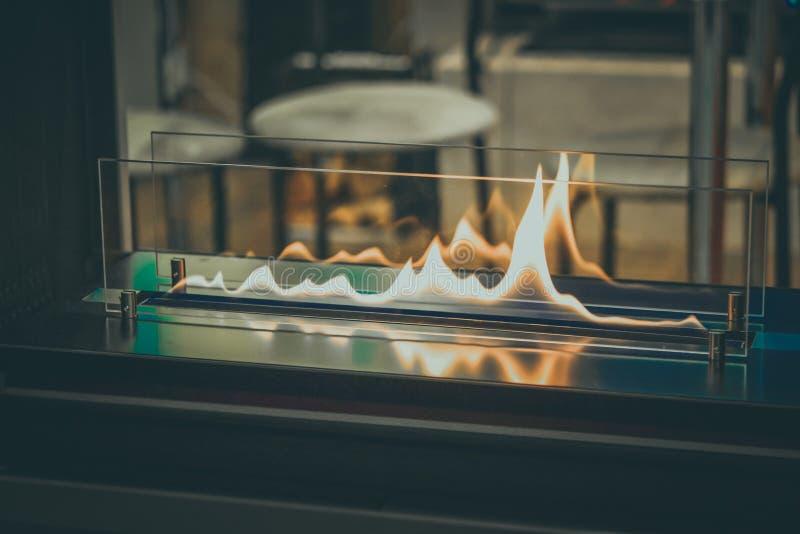 Queimadura de Biofireplace no gás do álcool etílico Combustível biológico contemporâneo da montagem fotografia de stock royalty free
