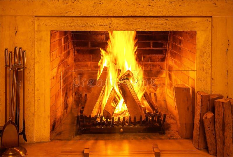 Queimadura de madeira em uma chaminé acolhedor em casa no interior Chaminé como uma parte de mobília Decorações do conceito do an imagens de stock