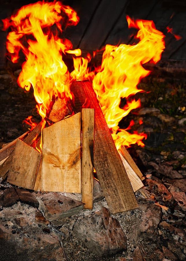 Queimadura de madeira na chaminé em Sibéria foto de stock