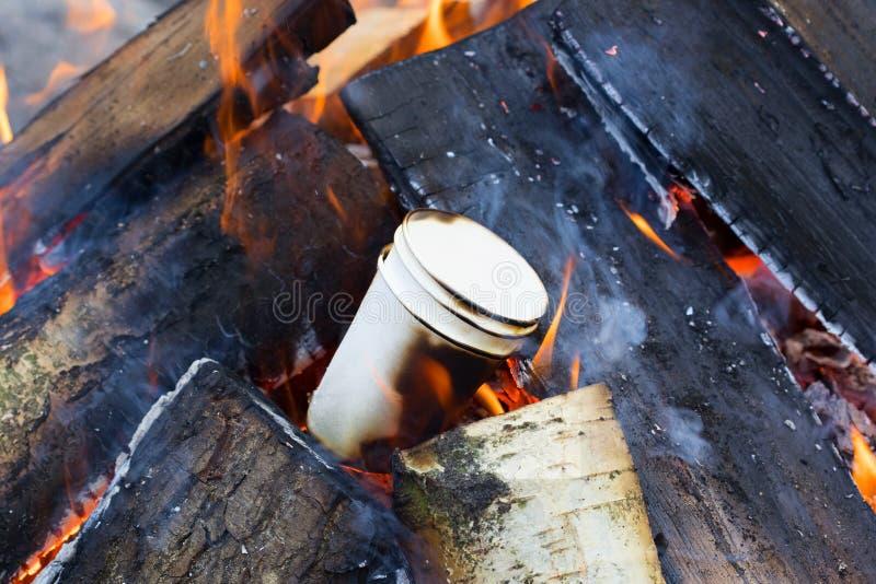 Queimadura de papel de três vidros em uma fogueira de madeira fotos de stock