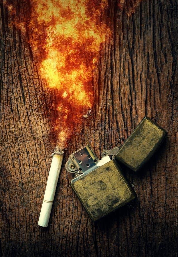 Queimadura e isqueiros de cigarro colocados no assoalho de madeira nenhum smoki imagens de stock royalty free