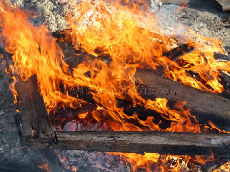 Queimaduras de madeira dos restos de construção com uma chama brilhante imagens de stock