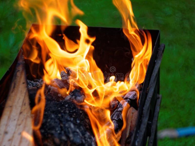 Queimaduras do fogo na madeira na grade imagens de stock royalty free