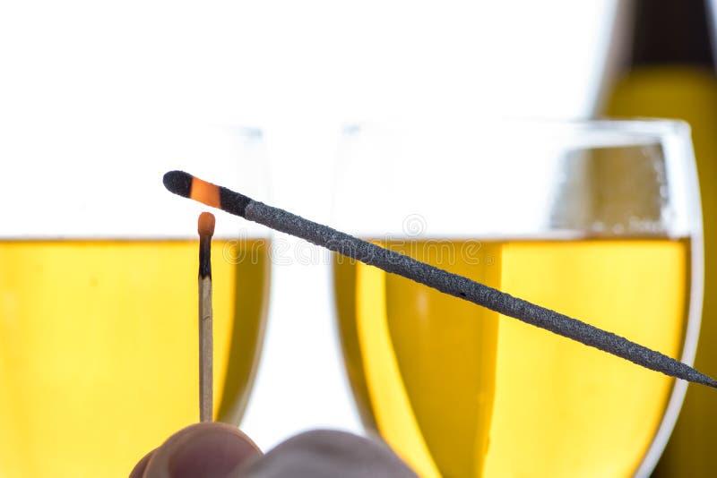 Queimando um chuveirinho com um matchstick Aqui está no fogo imagens de stock