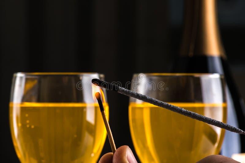 Queimando um chuveirinho com um matchstick Aqui está no fogo fotografia de stock royalty free