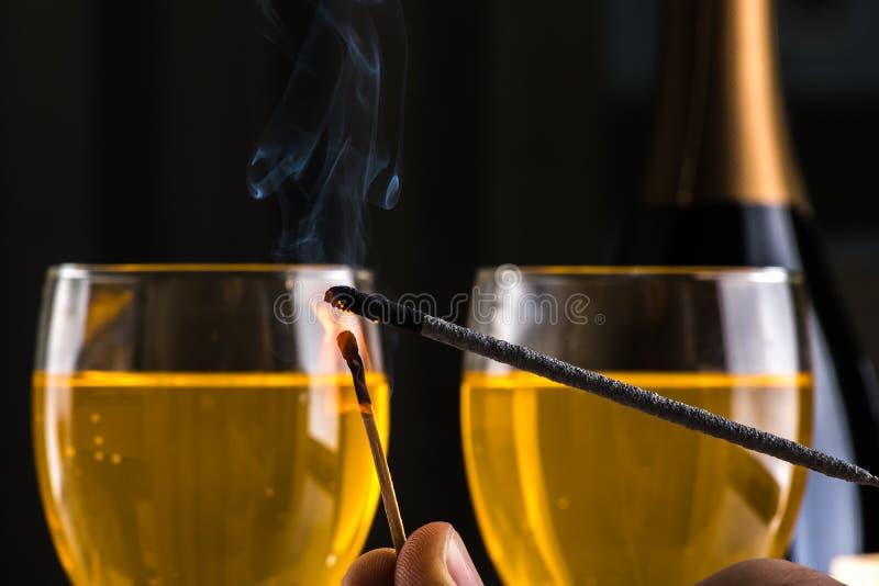 Queimando um chuveirinho com um matchstick Aqui está no fogo imagem de stock royalty free