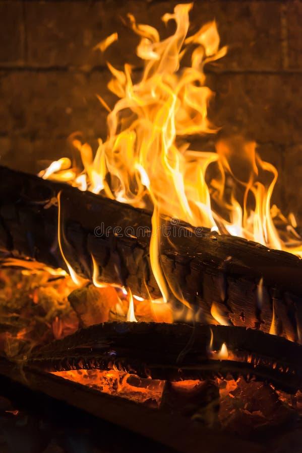 Ember ardente dos firewoods na chaminé fotografia de stock