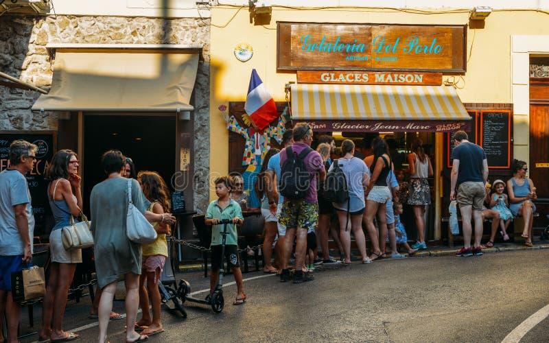 Queing para el helado en Antibes, ` Azur, Francia de Cote d imagen de archivo libre de regalías