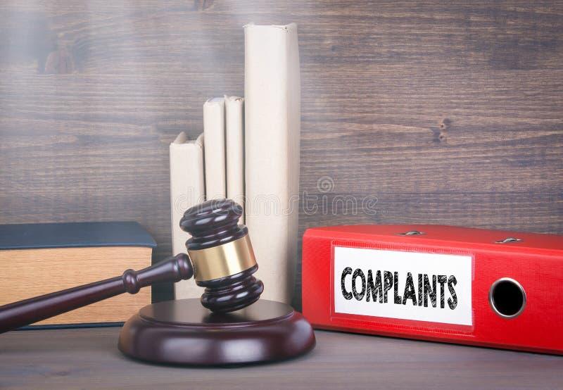quejas Mazo y libros de madera en fondo Concepto de la ley y de la justicia fotos de archivo