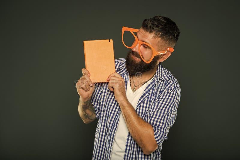 Quel livre int?ressant Ballot d'?tude regardant le livre Homme barbu en verres de partie tenant le livre de le?on Ballot de livre image stock