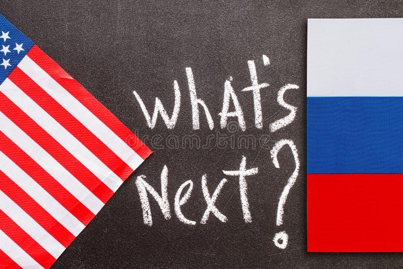 Quel ` s après sur le panneau de craie avec le fla américain et russe photos stock