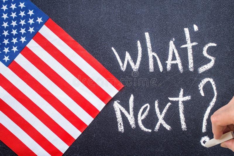 Quel ` s après sur le panneau de craie et le drapeau des USA photo libre de droits