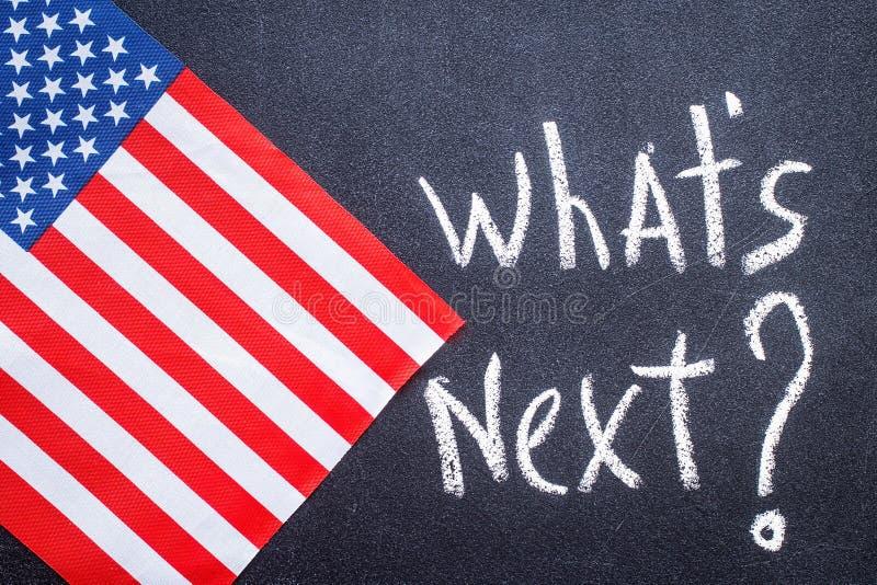 Quel ` s après sur le panneau de craie et le drapeau des USA photographie stock libre de droits
