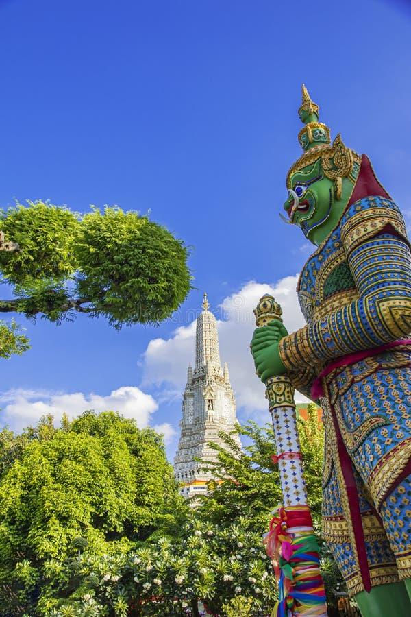 Quella verde si chiama Tosakan, i giganti di Wat Arun , Tempio dell'Alba, Wat Arun è un tempio buddista a Bangkok in Thailandia fotografie stock libere da diritti
