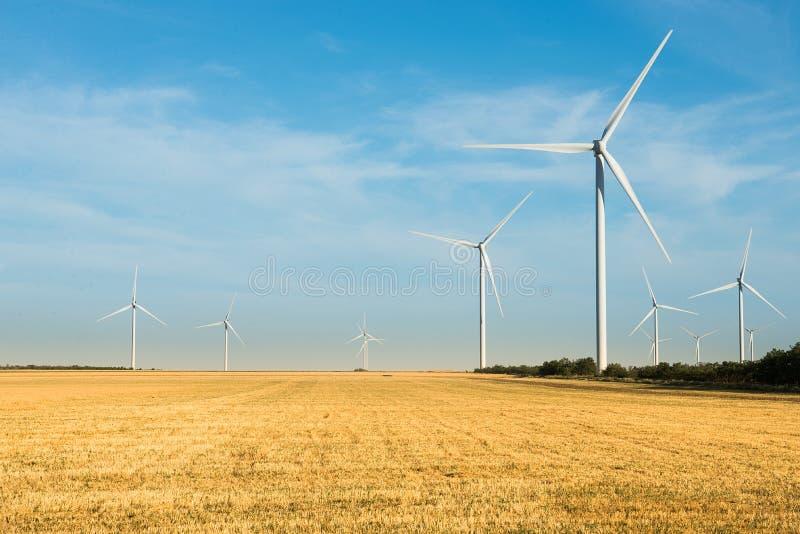 Quelle der alternativen Energie Wilde Mühle auf dem Gebiet mit blauem Himmel Energie und Energie lizenzfreie stockfotos