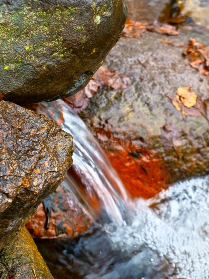 Quelle mit Felsen stockfoto