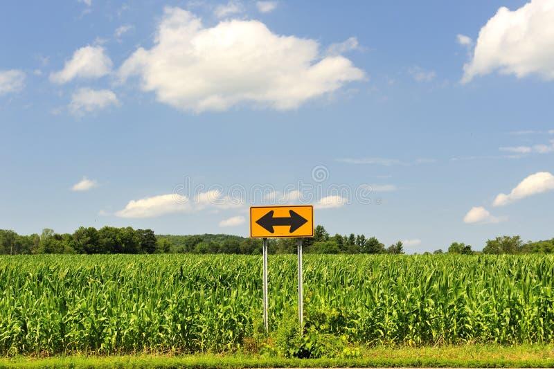 Quelle voie est-ce que je devrais aller ? Symbole de signe de décision photographie stock