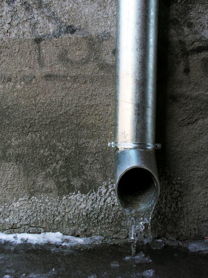 Quellenwasser laufen lizenzfreie stockfotos