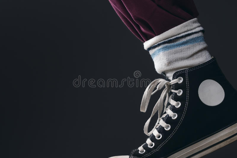 Quelqu'un portant les chaussettes au-dessus du pantalon photos stock