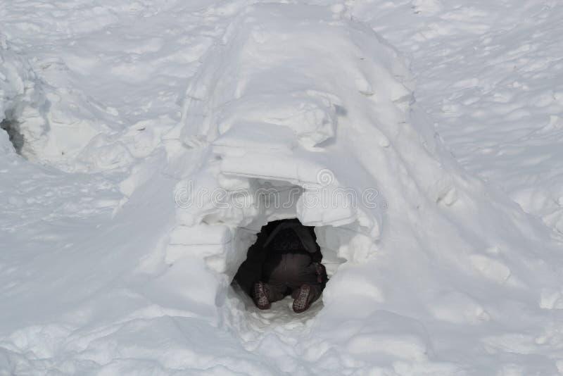 Quelqu'un s'asseyant dans un igloo photos stock