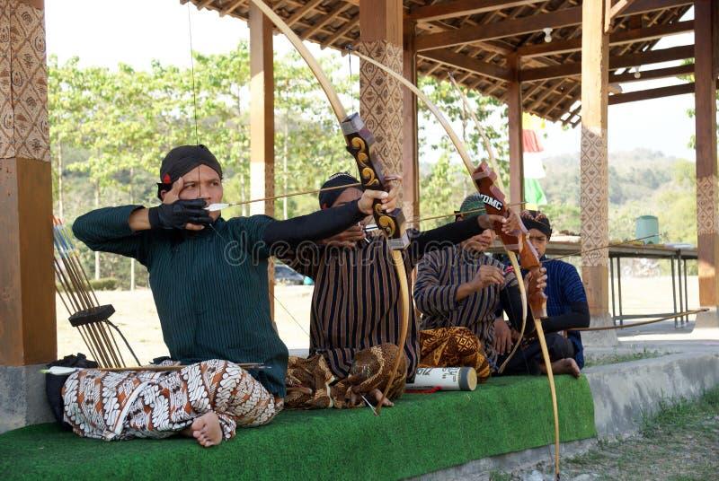 Quelques archers jemparingan de ` de ` visent pour la cible appelée le ` bandulan de ` image libre de droits