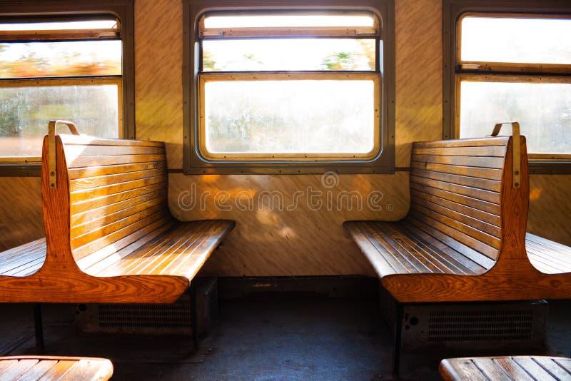 Quelques bancs dans le train photo stock