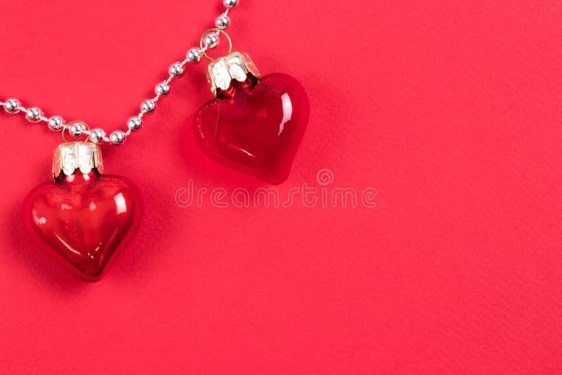 Quelques beaux coeurs en verre rouges décoratifs avec réfléchit sur le fond rouge Concept de jour de Valentines Endroit pour votr images libres de droits