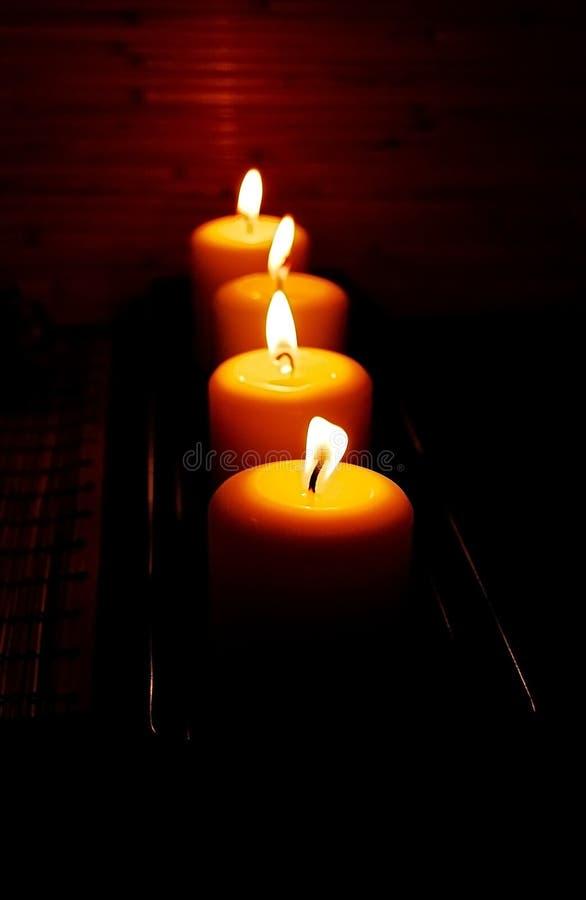 Quelques bougies brûlantes sur le fond foncé images stock
