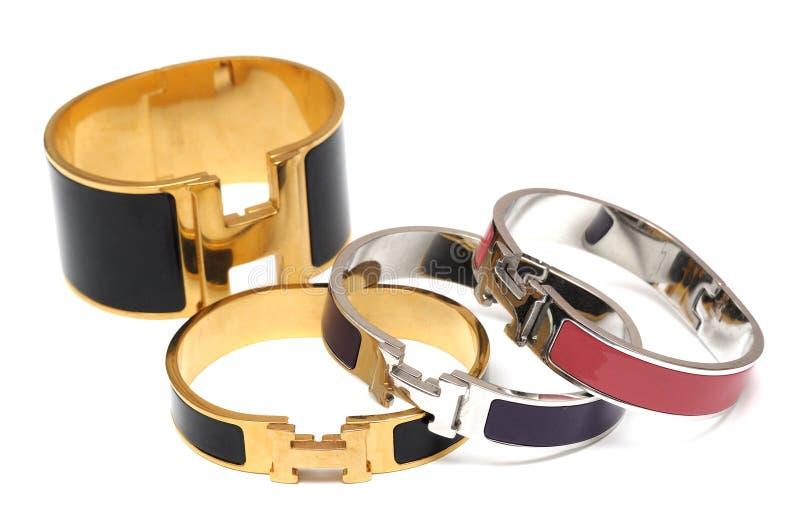 Quelques bracelets réfléchis brillants de bracelets en métal photographie stock libre de droits